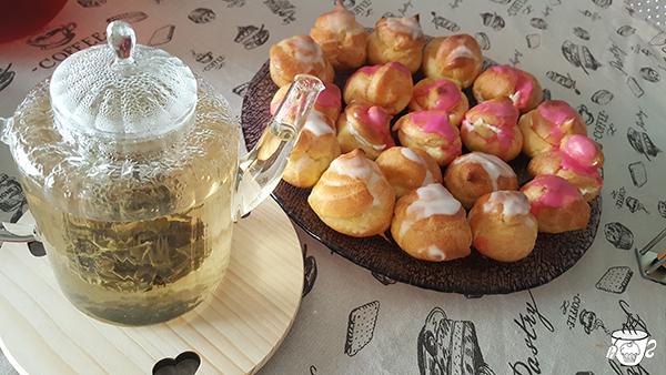 Bignè alla crema e alla panna e thè ricetta dei bignè alla crema e alla panna con thè cognathè thè bianco alla violetta PETER'S TeaHouse